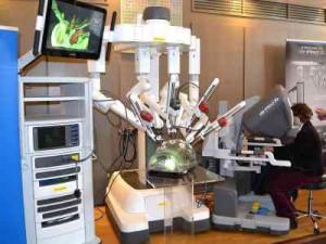 Das Vinci Robotik System des Zentrums für Robotik assistierte Viszeralchirurgie der Augusta Kliniken Bochum stieß auf der Gesundheitsmesse 2015 auf großes Interesse. Foto: Werner Conrad
